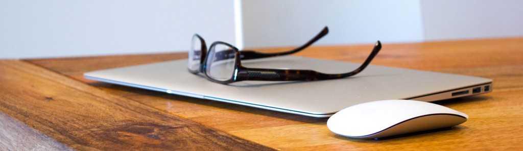 Laptop, myszka, okulary - przerwa w pracy